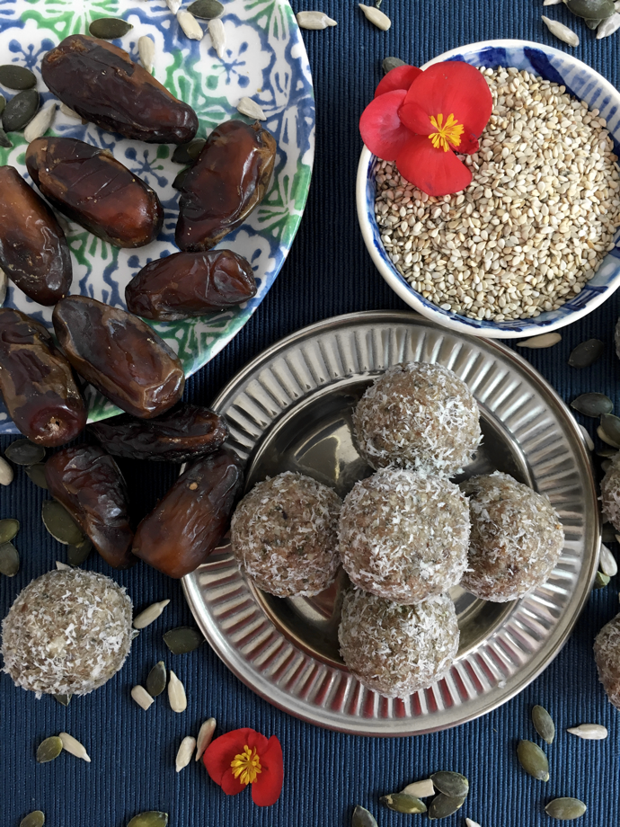 Energy Ball with Cacao, Sesame, Dates & Almonds