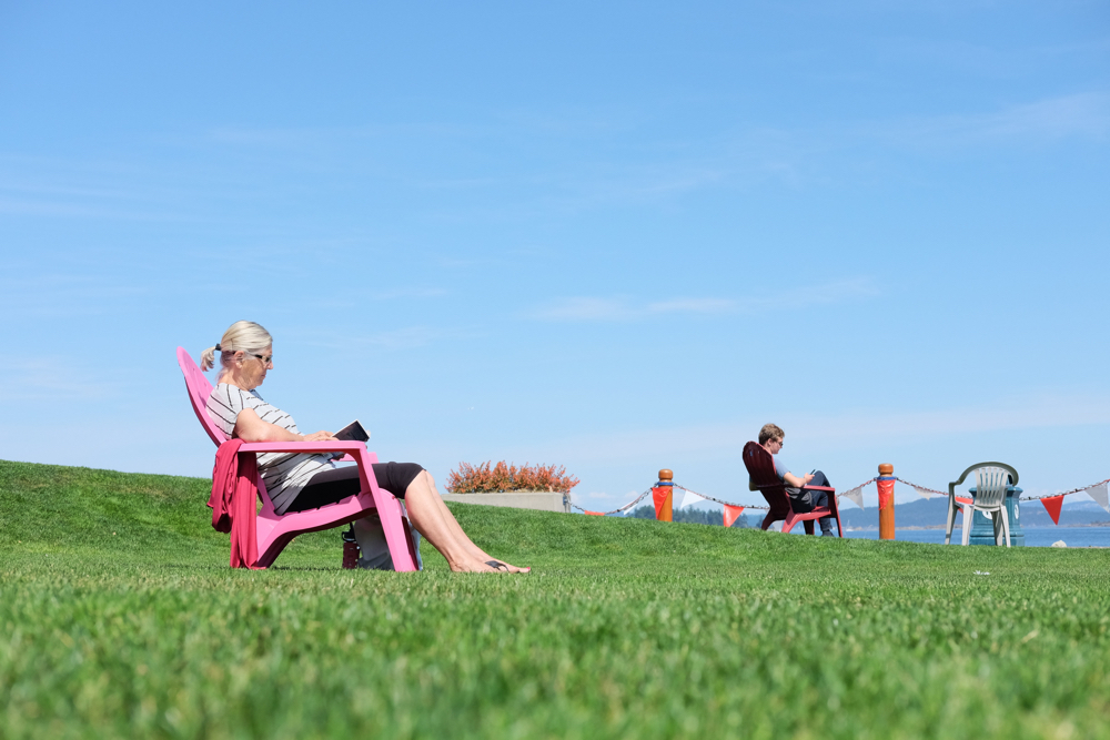 People reading in the sun: avoid Vitamin D deficiency.